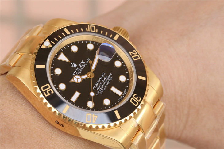 Replica Rolex Submariner Golden Wrist Shot