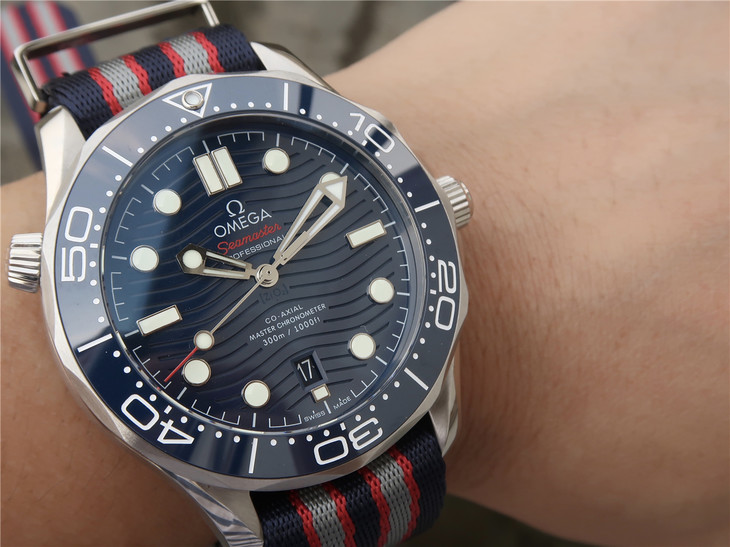 Replica Omega Diver Blue Wrist Shot